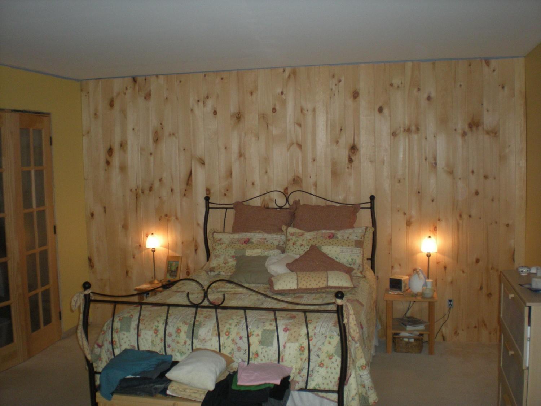 Finition Mur Lambris Bois : Huil? un mur de lambris pin rustique d?j? pos? ?