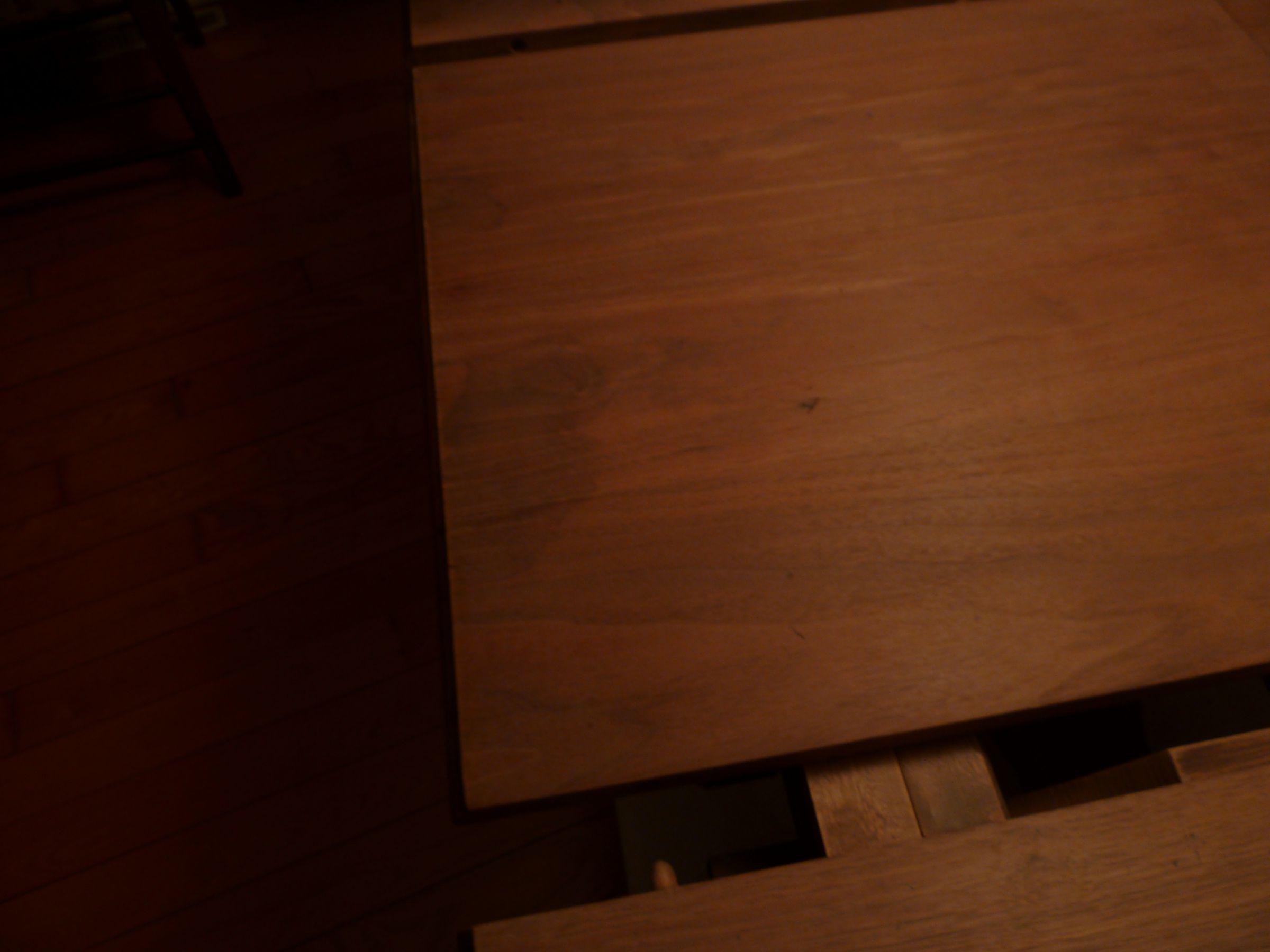 T che sur table en bois for Tache blanche sur table en bois
