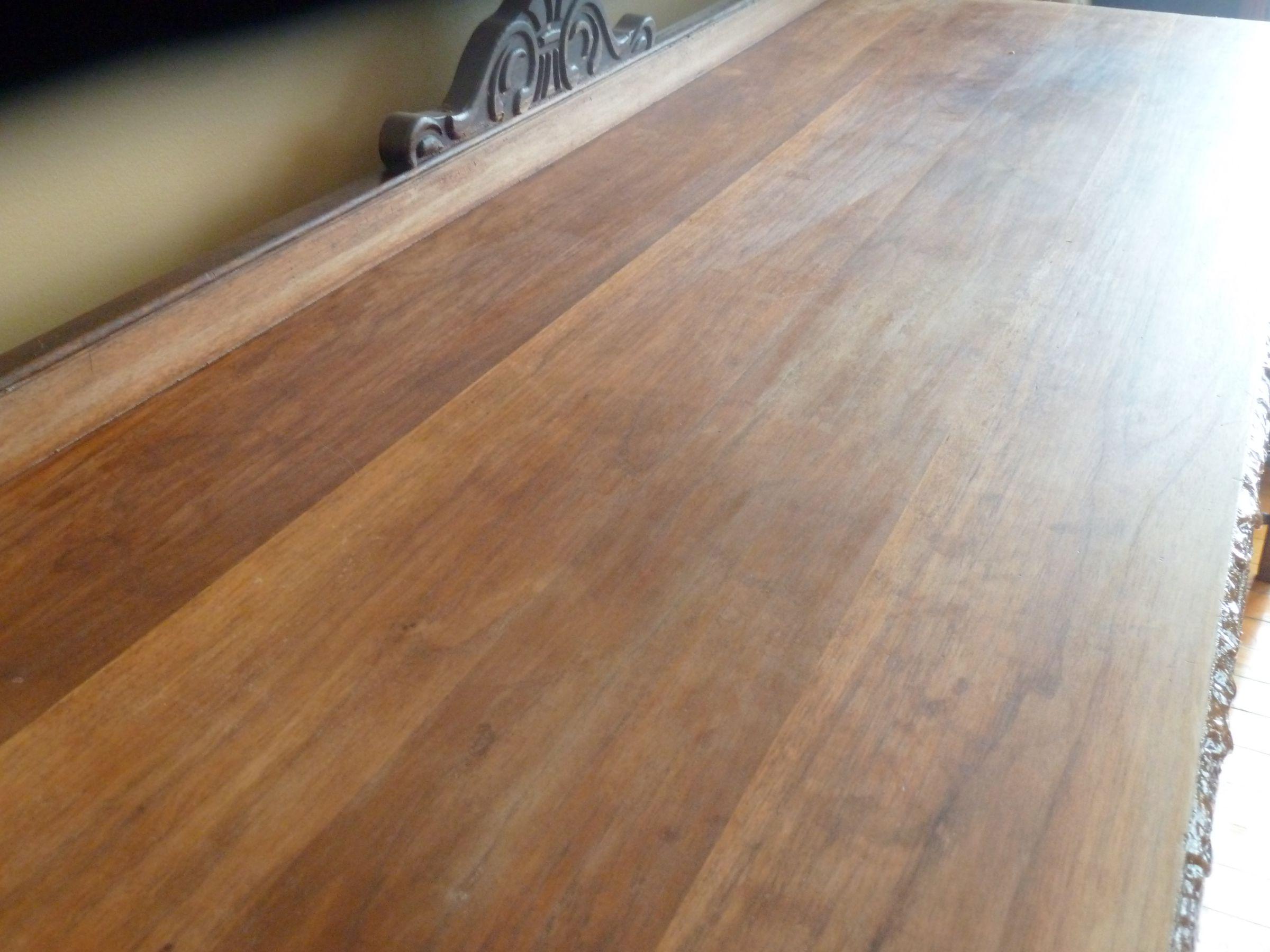 t u00e2che sur table en bois
