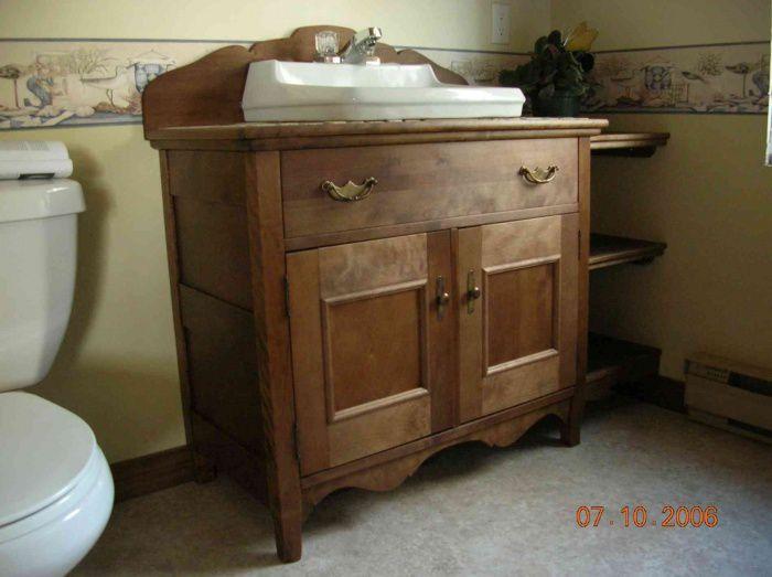 Vanité de salle de bain en bois huilé.