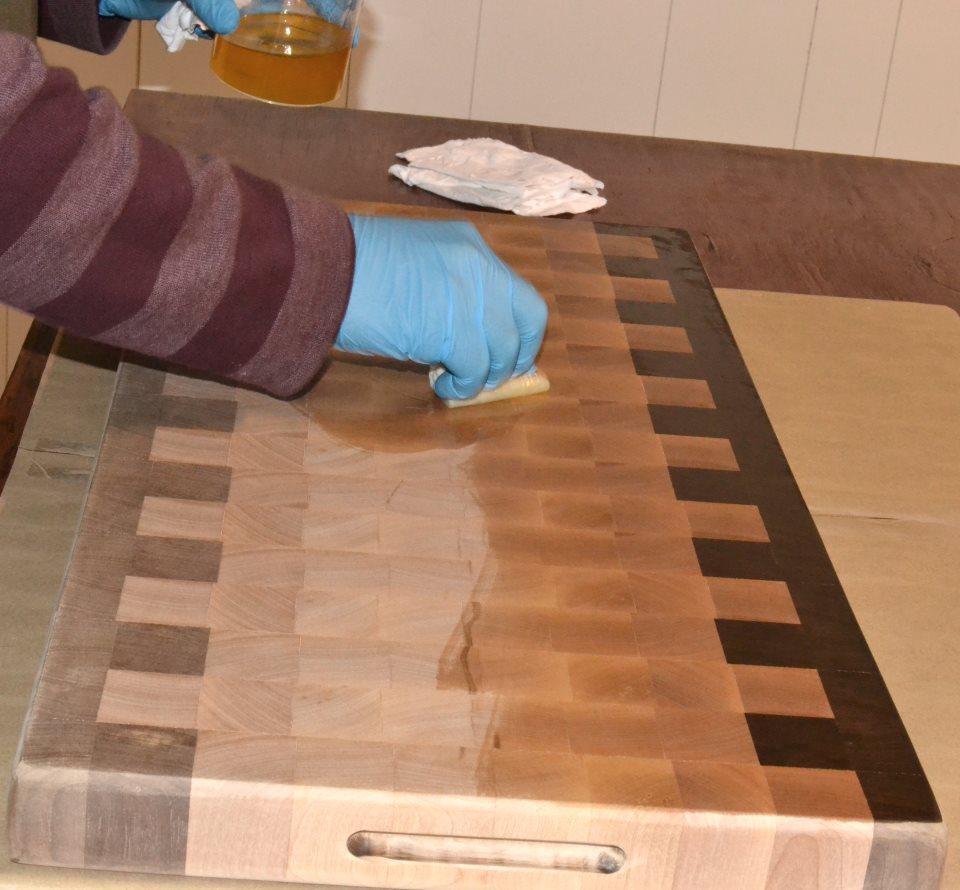 Finition et entretien d 39 une planche d couper d 39 un bloc for Cirer ou vernir un meuble